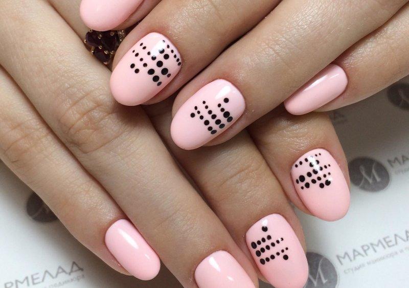 Rožinis taškinis manikiūras trumpiems nagams