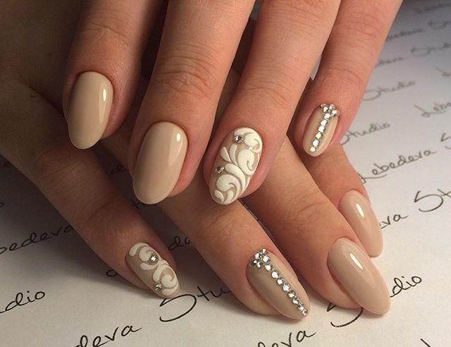 Beige design met witte monogrammen en strass steentjes.