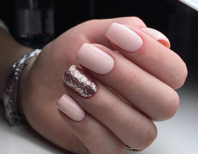 Roze nude manicure met glittergel