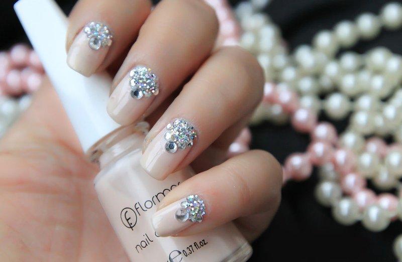 Strass manicure met driehoekige gaten