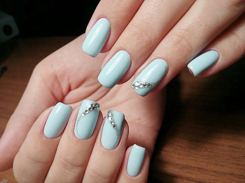 Hemelsblauwe nagels met een golf van steentjes