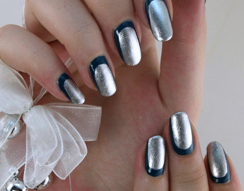 Manucure en argent avec un trait bleu foncé