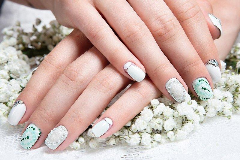 Wit met turquoise nagels met strass en zilver