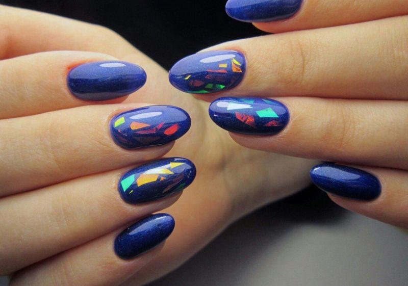 Perliniai mėlyni nagai su skaldyto stiklo elementais