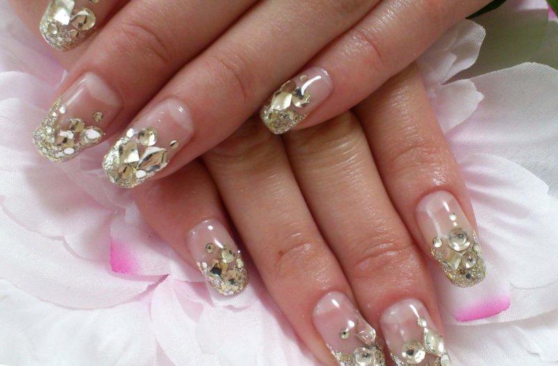 Ongebruikelijke manicure met mica en gouden steentjes