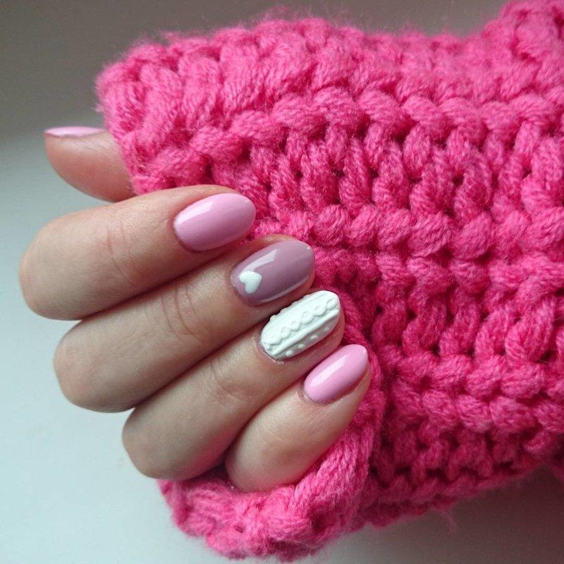 Roze gebreide manicure voor de winter