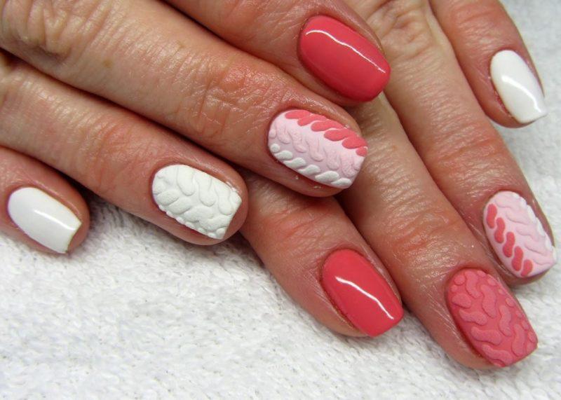 Design blanc corail avec des motifs tricotés.