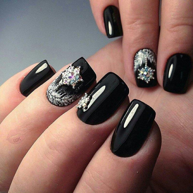 Zwarte kerstpatronen op de nagels
