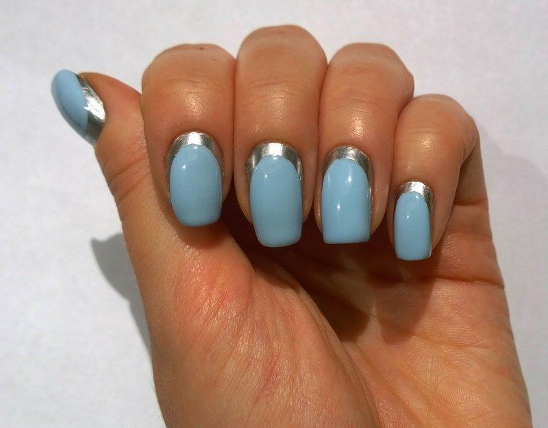Babyblauwe manicure met zilveren afwerking