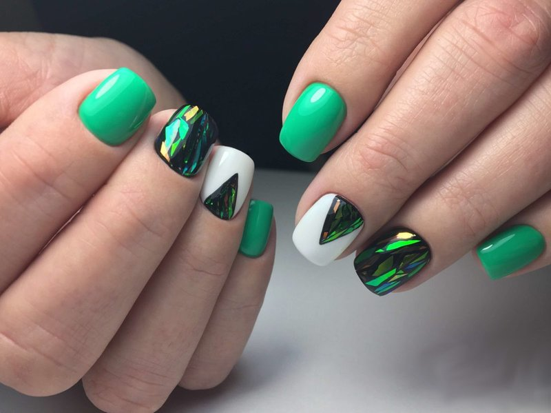 Žalias manikiūras su skaldytu stiklu ir trikampė anga