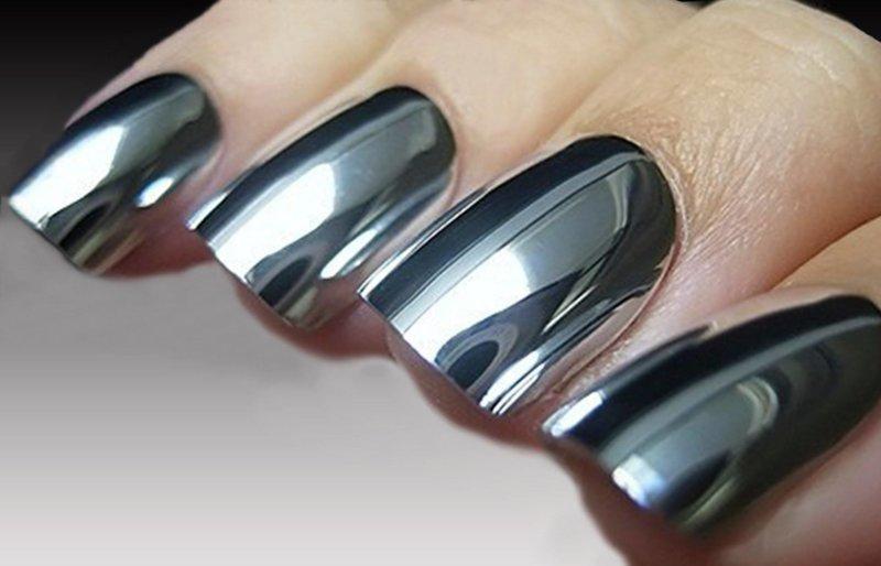 Miroir design des ongles avec un frottement