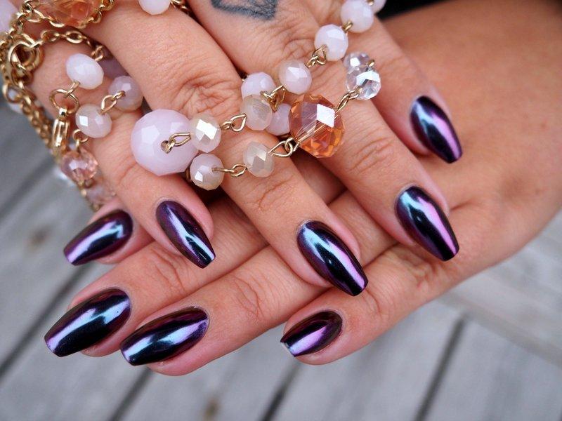 Violetinės juodos spalvos veidrodinis manikiūras