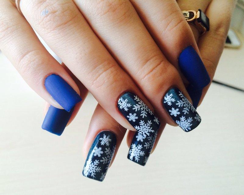 Donkere manicure met sneeuwvlokken