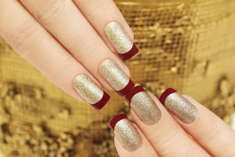 Gouden nagels met een rood mat jasje