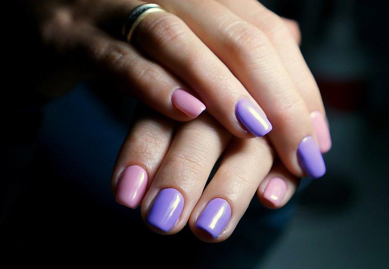 Zachte manicure in twee kleuren