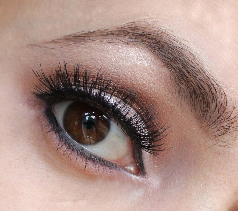 Maquillage coupé pour les yeux bruns