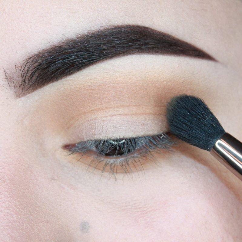Breng oogschaduw aan op het ooglid