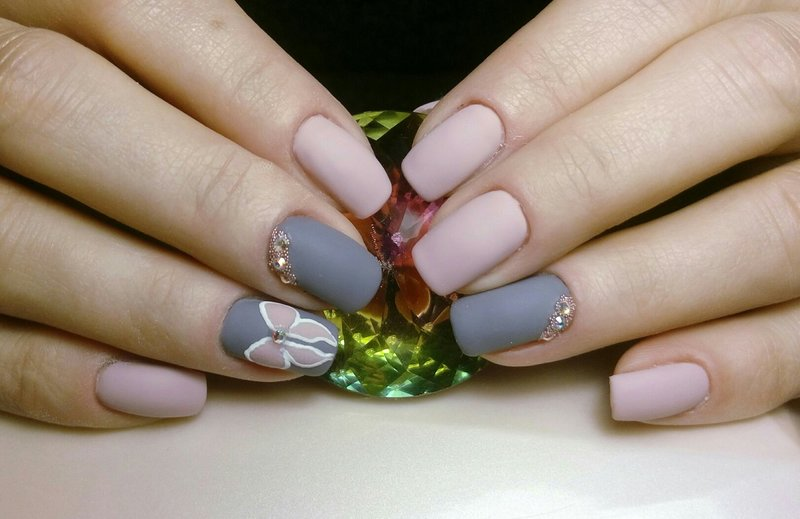 Mat grijs roze manicure