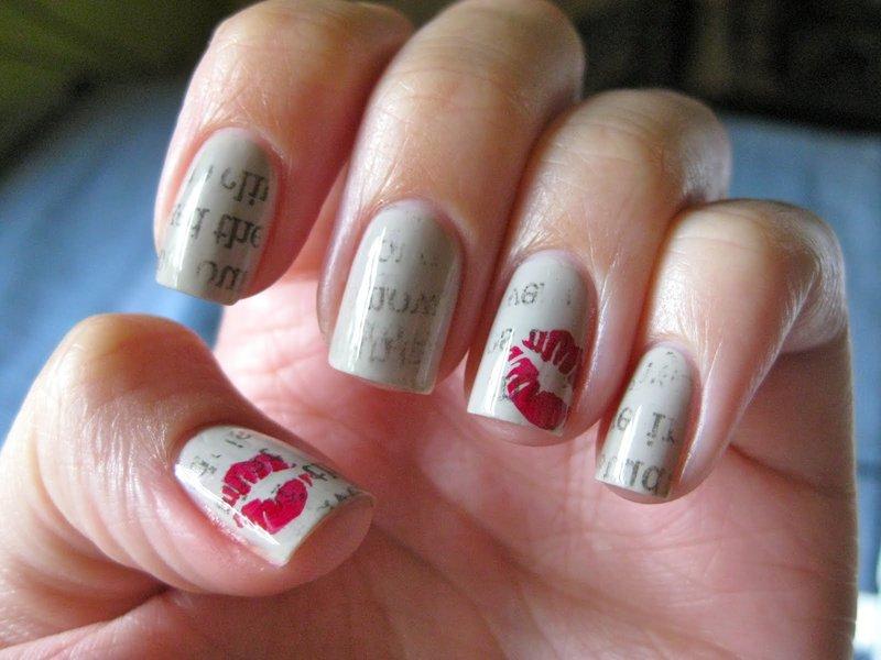 Grijze nagels met inscripties en stempel
