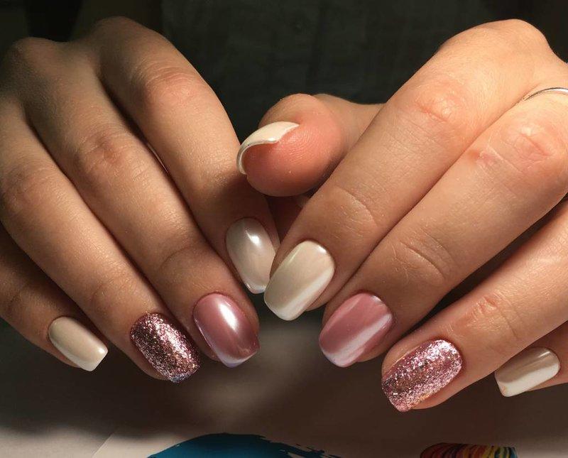 Manicure met parelmoer wrijven en glitter
