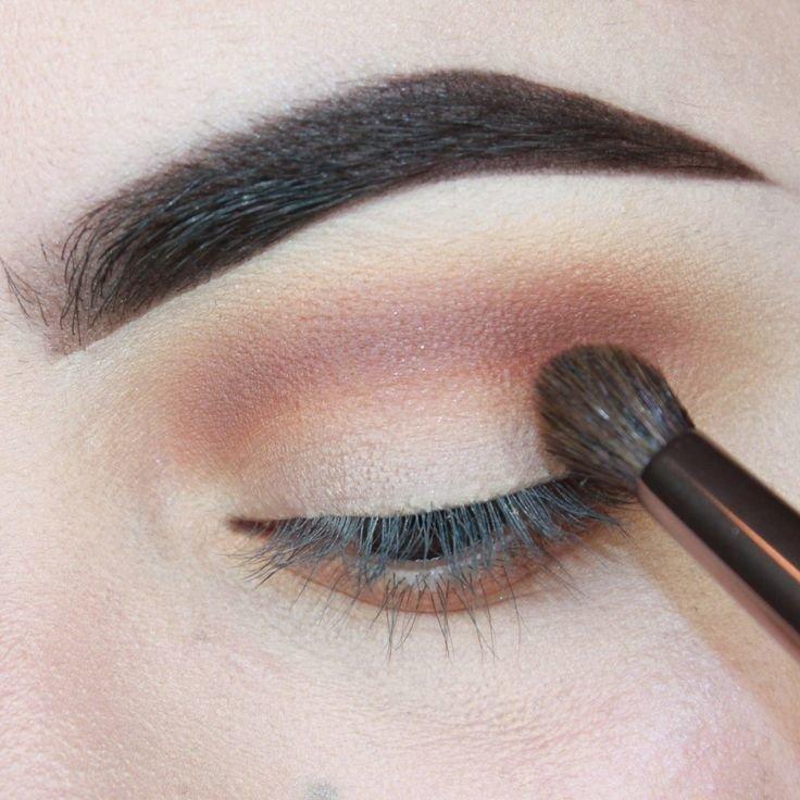 Donkere schaduwen toevoegen aan de vouw van het ooglid