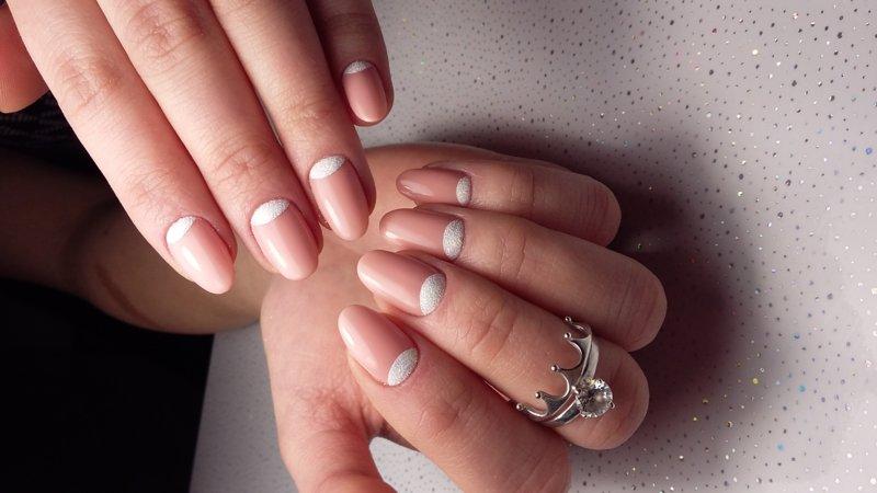 Gevoelige nagels met poeder gaten