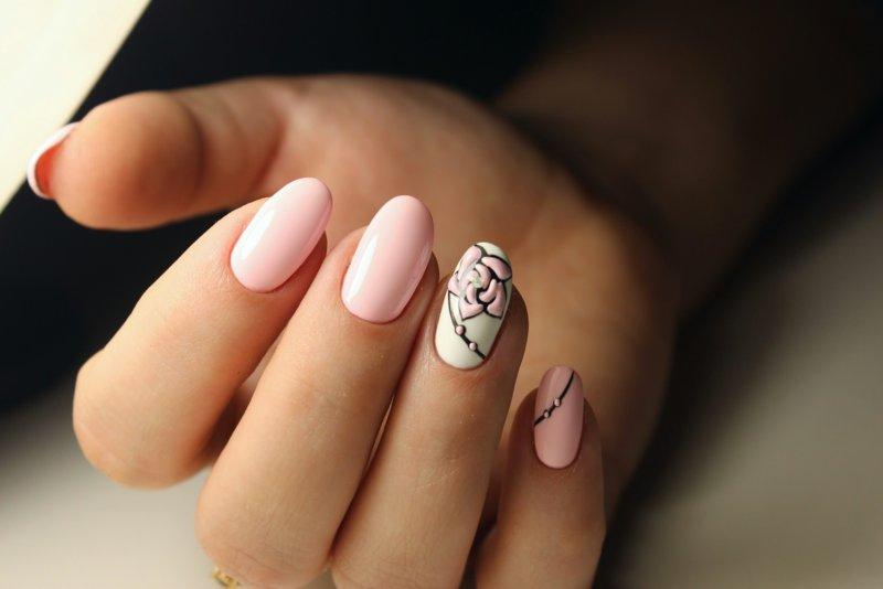 Modieuze roze en beige volumetrische manicure