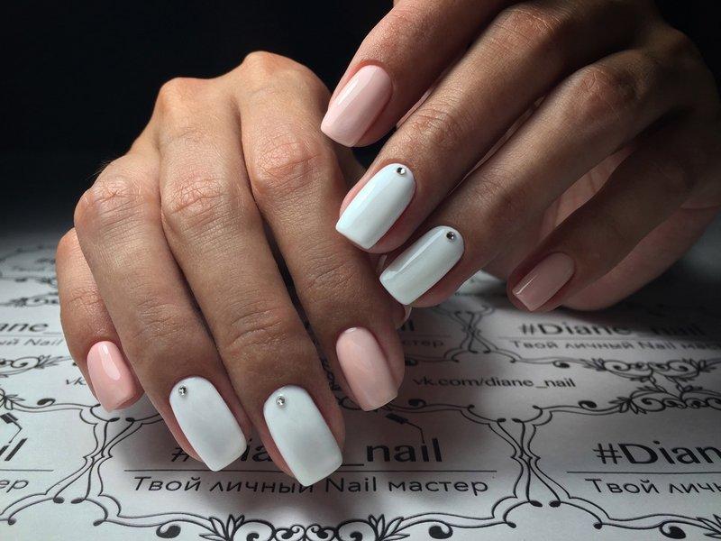 Tweekleurige manicure met strass steentjes