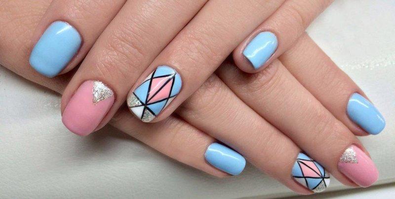 Zachte manicure met een geometrisch patroon.