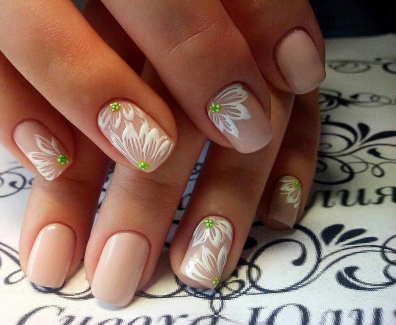 Manicure naakt met witte bloemen.