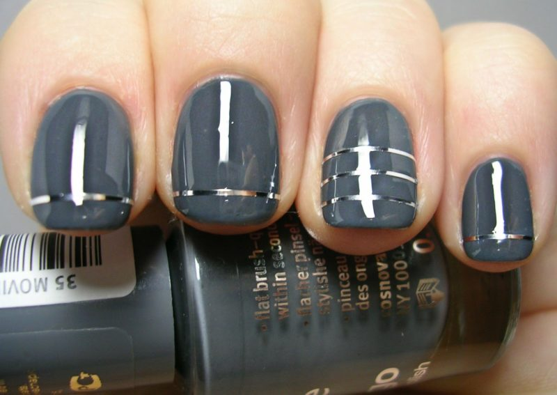 Grijze manicure met zilveren linten.