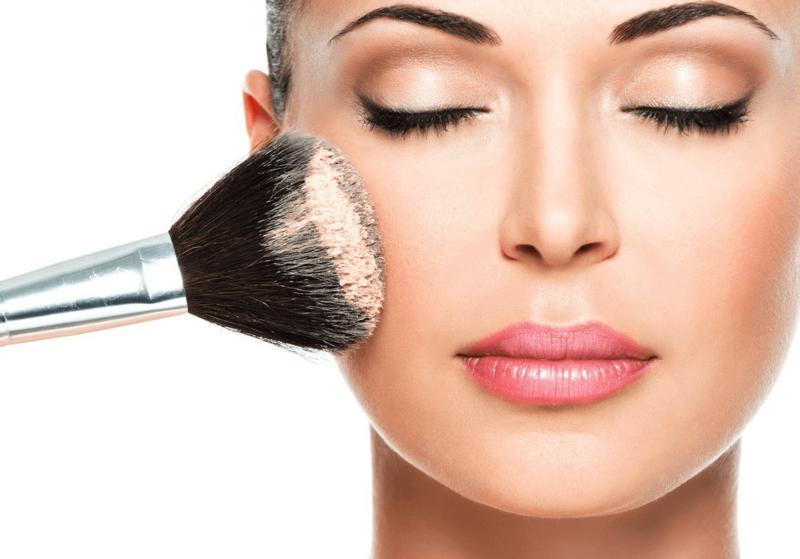 Appliquer de la poudre pour le visage