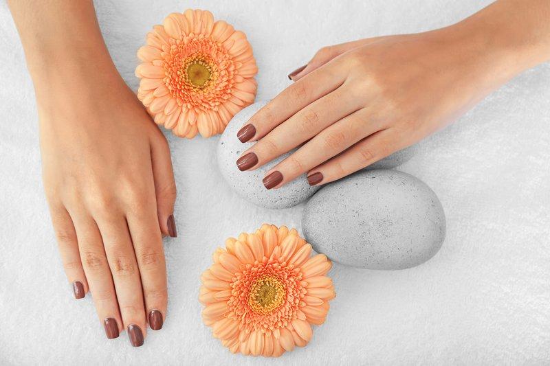 Zachte bruine manicure