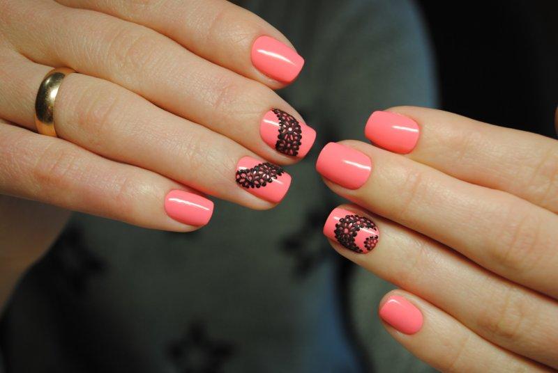 Roze manicure met een patroon