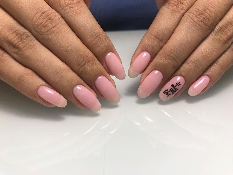 Gevoelige roze manicure met het opschrift.