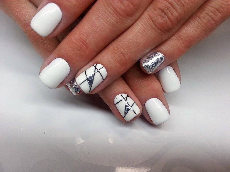 Witte manicure met geometrie en zilveren glitter.