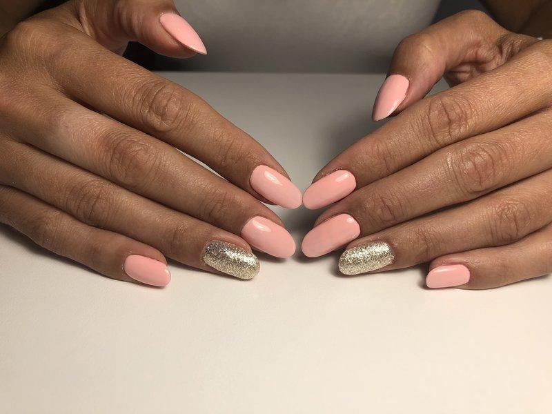 Roze manicure naakt met gouden glitters