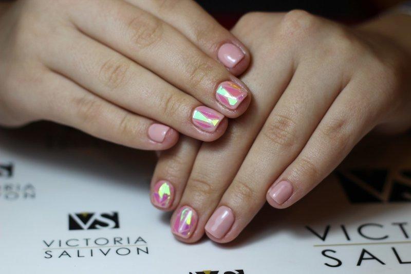 Gebroken glas roze manicure