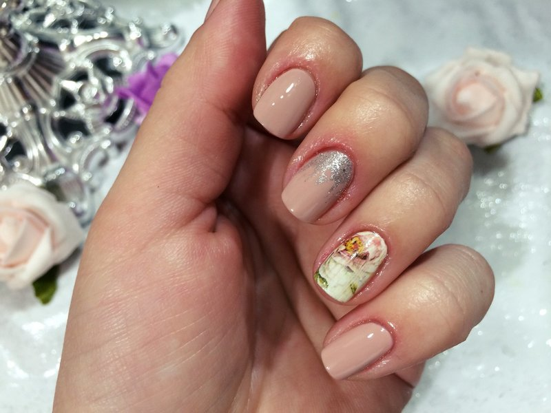Naakt ontwerp met bloemendia en zilveren glitter.