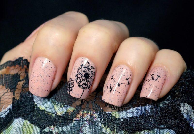 Zwart patroon op nagels