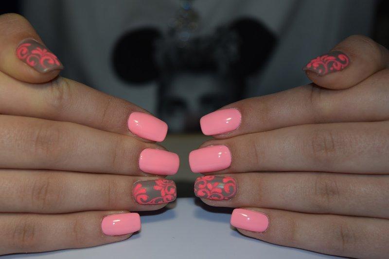 Roze manicure met vintage patronen.