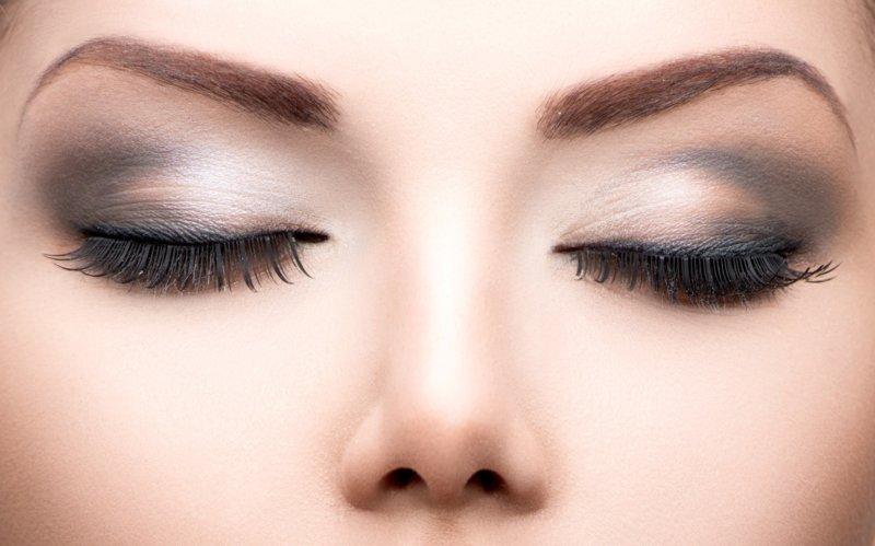Lichtgrijze make-up overdag