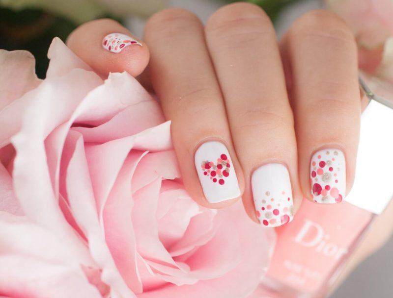 Gevoelige nagels met een patroon en stippen