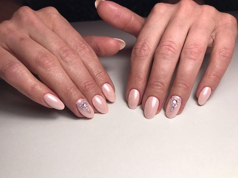 Naakt manicure met parel poeder en strass steentjes