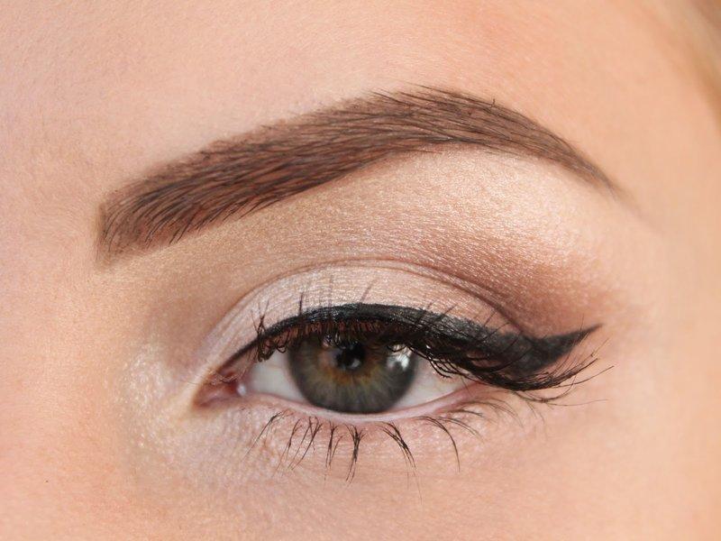 Maquillage nue avec des flèches pour travailler.