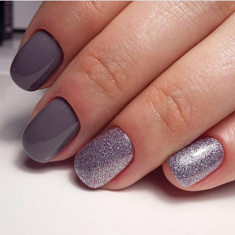 Zachte grijs-paarse manicure