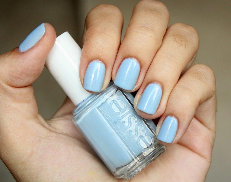 Zachte blauwe manicure