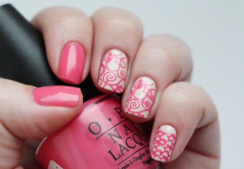 Wit-roze manicure met stempels.