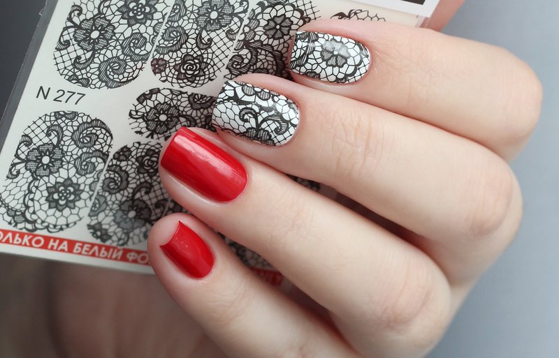Rode nagels met zwart-witte dia