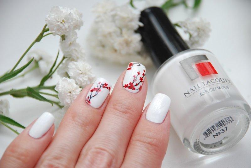 Witte manicure met een glijbaan